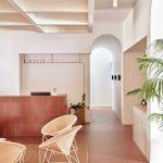 Vecchi pavimenti scuri e in cotto: quali colori abbinare ad una casa moderna.