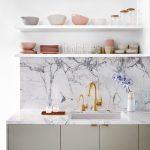 Il paraschizzi per la cucina: 6 idee per scegliere il materiale giusto